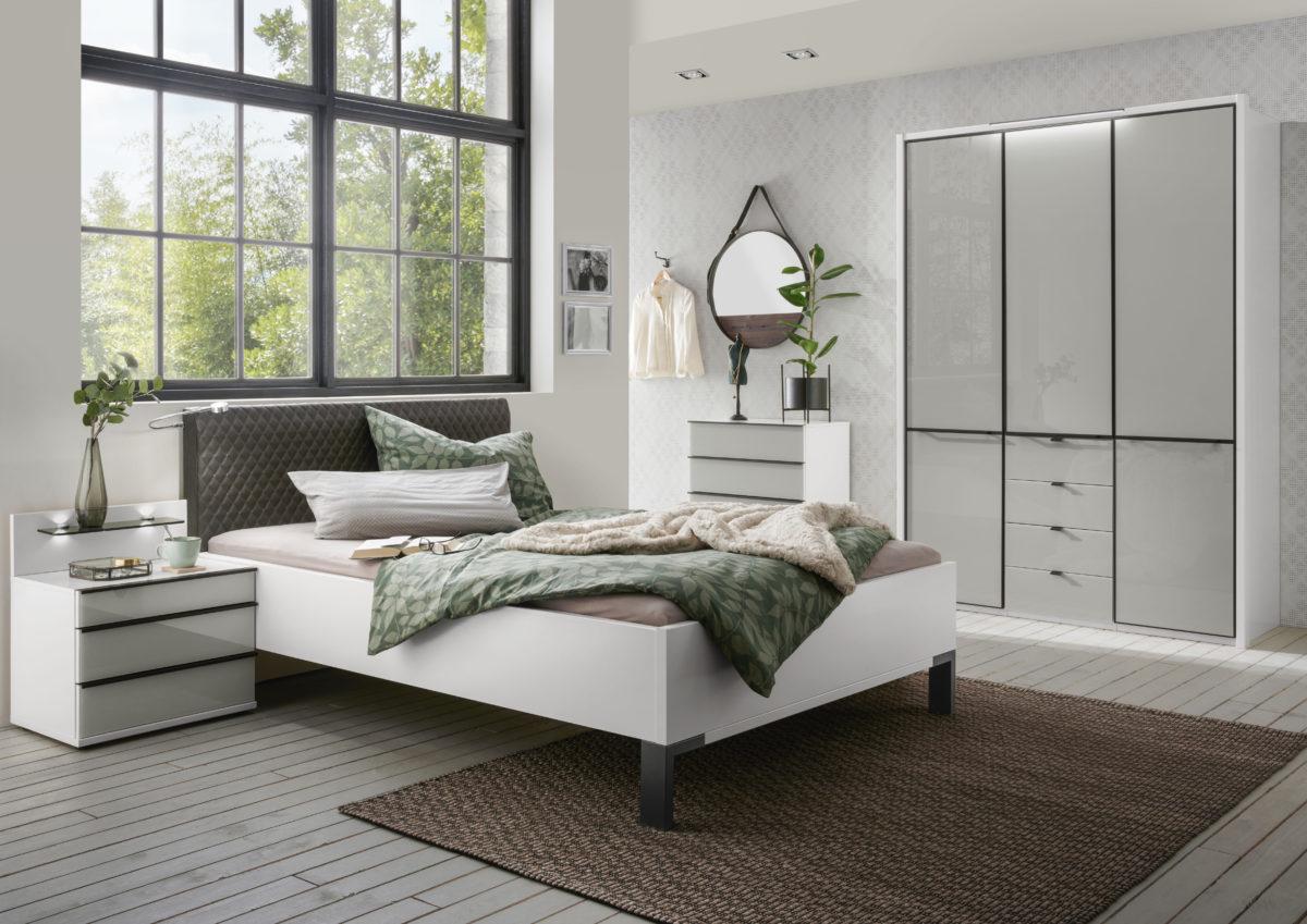 MONTREAL 00853 19 Weiß schwarz FKTS 150x216cm Gl.Kgrau Vorbauleuchte Bett 140x200cm m.Bel . 1200x849 - Comodă Montreal (Wiemann)