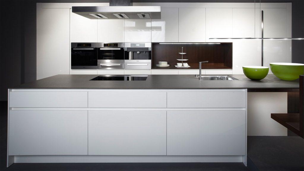 304defe50a4ade0268add4cee7de4c68 1024x576 - Белая кухня – 7 идей дизайна и практические советы.